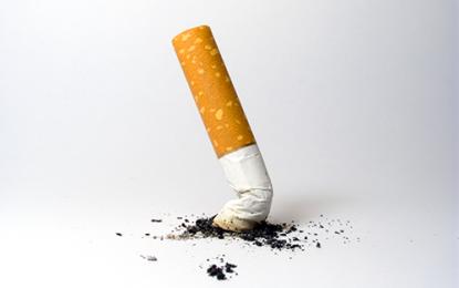 Protesi d'anca, rischio di complicanze più che doppio per i fumatori